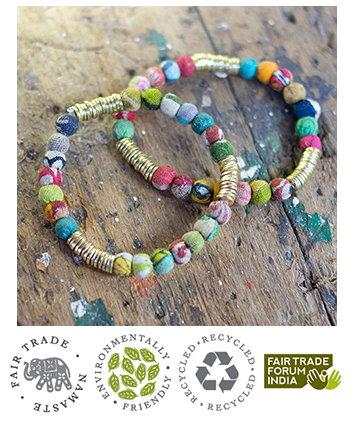 Bracciale elastico in metallo e stoffe riciclate, colori assortiti. Fatto a mano in India,  da commercio etico  fair trade